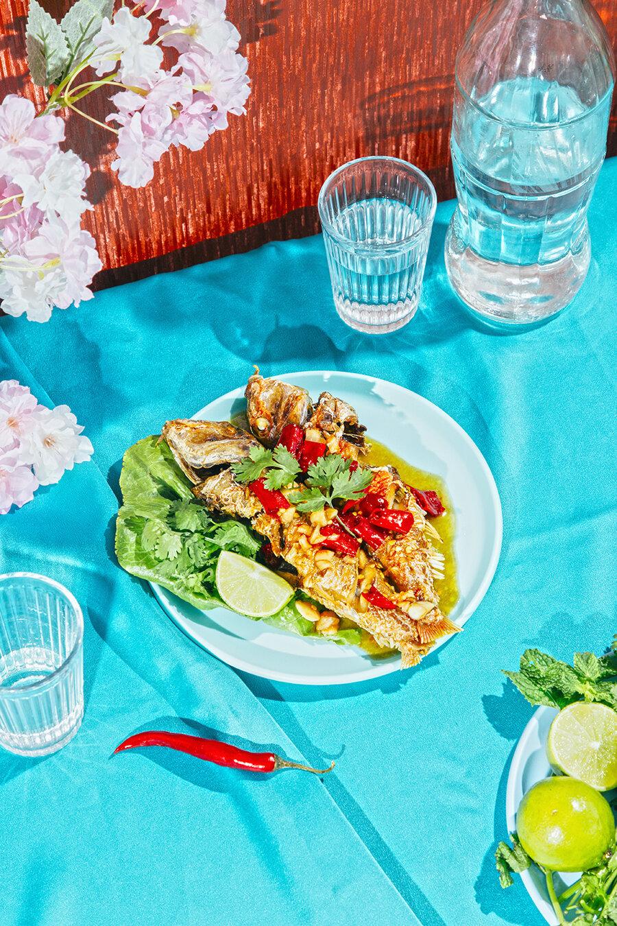 receta tailandesa de pescado frito con salsa de tamarindo