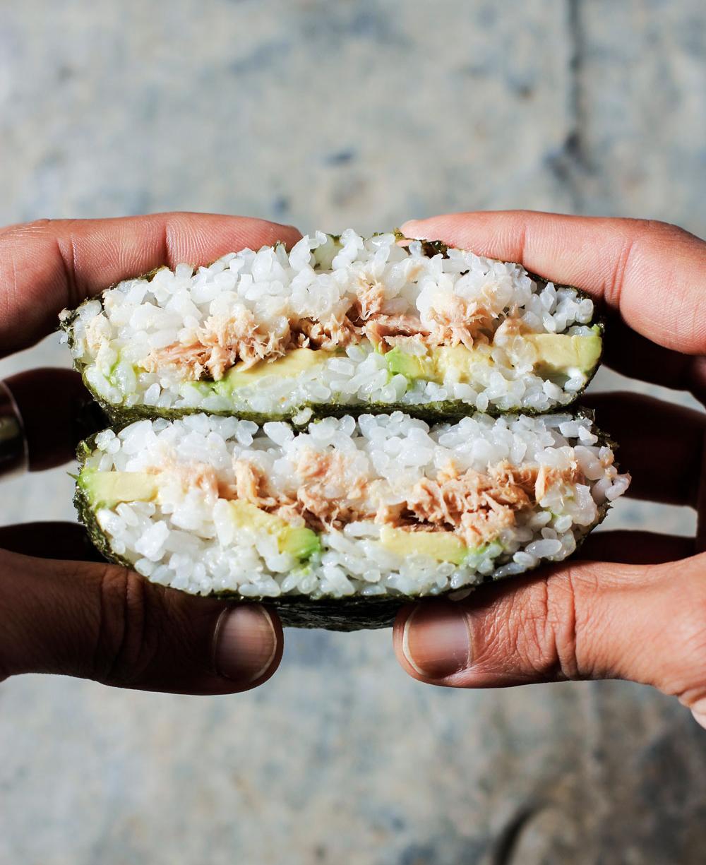 onigirazu de atún y aguacate