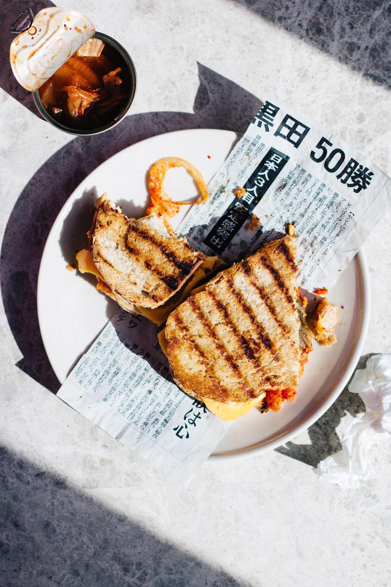 sandwich de col kimchi y queso cheddar