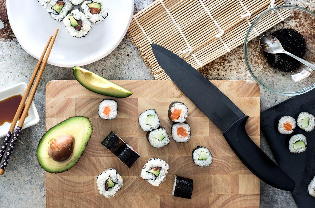 cómo hacer makis y uramakis de salmón