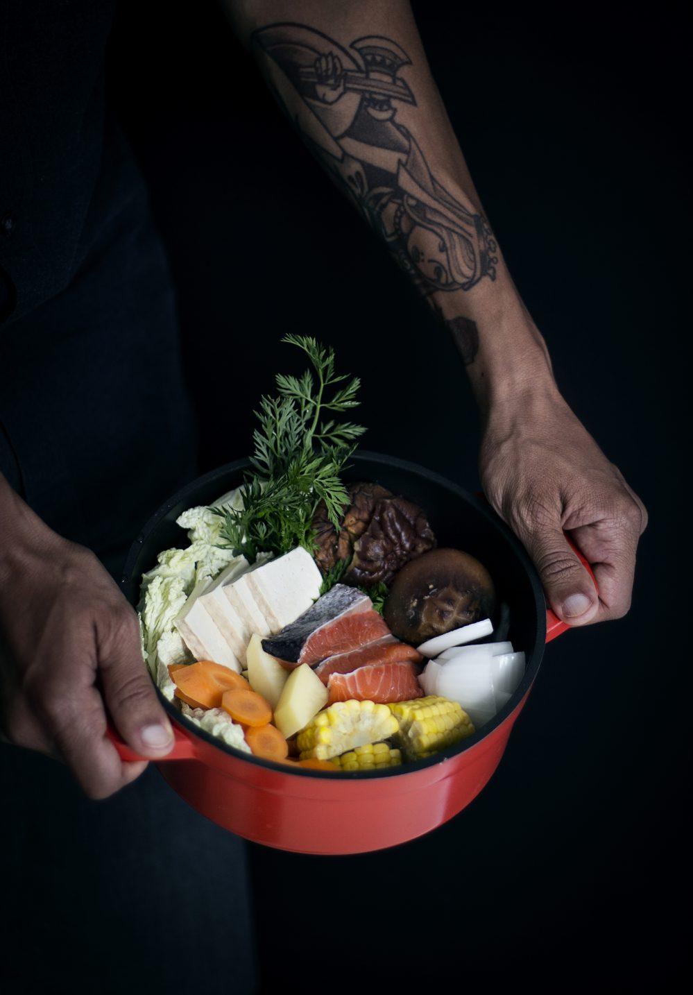 estofado japonés con salmón y verduras