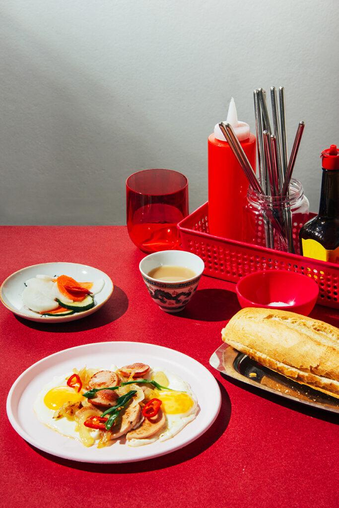 desayuno vietnamita con huevos fritos y encurtidos